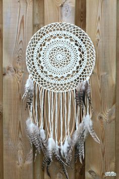 A free crochet pattern of a bohemian dreamcather. Do you also want to crochet this bohemian dreamcatcher? Read more about the pattern Crochet Dreamcatcher Pattern Free, Crochet Mandala Pattern, Crochet Doilies, Crochet Patterns, Knitting Patterns, Doilies Crafts, Crochet Home, Crochet Crafts, Crochet Projects