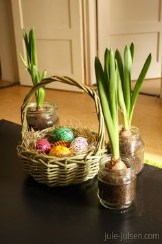 easter decoration: DIY easter eggs using water colors and hair spray