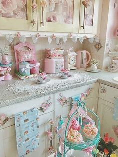 20 Shabby Chic Kitchen decor ideas for 2019 - Hike n Dip Planing to remodel your kitchen? Here is the best DIY DIY Shabby Chic Kitchen decor ideas for These Kitchen decor ideas are cute, soft and awesome. Casas Shabby Chic, Shabby Chic Mode, Shabby Chic Vintage, Estilo Shabby Chic, Shabby Chic Bedrooms, Look Vintage, Shabby Chic Style, Shabby Chic Furniture, Bedroom Furniture