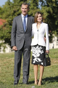 King Felipe VI of Spain and Queen Letizia of Spain visits the first President of the US George Washington's Mount Vernon on September 2015 in Virginia, Washington, USA. Princess Letizia, Queen Letizia, Style Royal, My Style, Princess Of Spain, Royal Dresses, Looks Chic, Professional Outfits, Royal Fashion