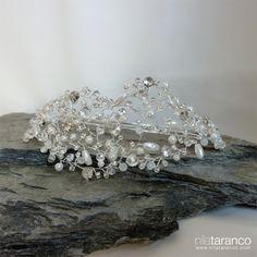 Diadema de cristales para novia con perlas, strass y piezas brillantes by @nilataranco #tocadosparanovias #nilatarancodesign #bridalheadpieces #weddingfascinators #inspiracion #bridal #bride #headdress