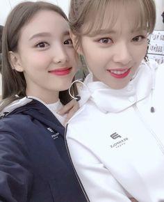 Nayeon & Jeongyeon Twice 180824 Kpop Girl Groups, Korean Girl Groups, Kpop Girls, Extended Play, K Pop, Eerie Photography, Chaeyoung Twice, Nayeon Twice, Fandom