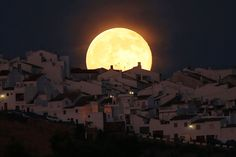 The Supermoon rises over houses in Olvera, in the southern Spanish province of Cadiz, July Occurring when a full moon or new moon coincides with the closest approach the moon makes to the Earth, the Supermoon results in a larger-than-usu. Supermoon Photos, Eclipse Solar, Ciel Nocturne, Perseid Meteor Shower, Love The Earth, Pictures Of The Week, Crazy Pictures, Amazing Pictures, Beautiful Moon