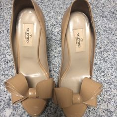 Valentino Bow pumps Beige patent leather pumps Valentino Shoes Heels