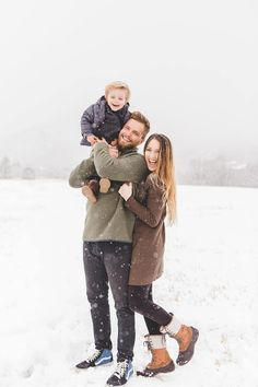 Snow Family Pictures, Winter Family Photos, Outdoor Family Photos, Winter Pictures, Family Posing, Family Portraits, Winter Family Photography, Family Picture Outfits, Family Photographer