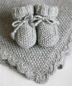 Kuscheldecke mit passenden Schuhen – Anna Kristina – Baby For look here Easy Blanket Knitting Patterns, Free Baby Blanket Patterns, Easy Knitting, Crochet Patterns, Afghan Patterns, Knitted Pouf, Knitted Baby Blankets, Diy Blankets, Crochet Gifts