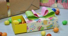 Scatoline di carta fai da te video tutorial: scopriamo quali sono gli schemi per creare scatoline fai da te in poco tempo. Diy And Crafts, Paper Crafts, Envelope Punch Board, Toy Chest, Origami, Decoupage, Lego, Packaging, Gift Wrapping