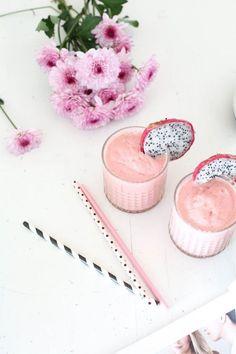 Les smoothies... Ces boissons tendance qui permettent de se régaler avec des fruits. Mais attention, derrière ces verres colorés et trendy peuvent se cacher des calories et du sucre...