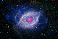 """São Paulo - Conhecida como """"Olho de Deus"""", a nebulosa Helix teve essa incrível imagem capturada pela Nasa. A tonalidade violeta foi registrada pelo telescópio Galaxy Evolution Explorer, também chamado de Galex, no Instituto de Tecnologia de Passadena, na Califórnia (Estados Unidos)."""