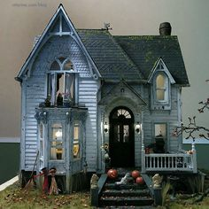 "The Haunted Heritage - Exterior details // A ""Haunted House"" Created From A Dollhouse Kit. There are great photos of all the details of the house. Halloween Village, Halloween Doll, Halloween Haunted Houses, Halloween Decorations, Haunted Dollhouse, Haunted Dolls, Dollhouse Miniatures, Victorian Dollhouse, Putz Houses"
