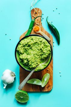 10 minutes 1 food processor SO perfect for sauces curries dressings and more! Vegan Thai Green Curry, Thai Green Curry Paste, Green Thai, Vegan Curry, Pasta Al Curry, Paste Recipe, Minimalist Baker, Baker Recipes, Curry Recipes