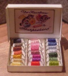 En allemand, plein de miniatures de mercerie. Des images à imprimer également.