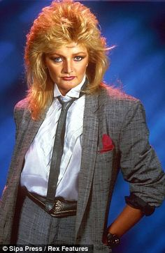 Bonnie Tyler, best known for hits such as Total Eclipse of the Heart, It's a Heartache and Holding Out for a Hero, described being chosen as 'an honour'. Bonnie Tyler, Historical Women, Historical Photos, Cool Blonde Hair, Olivia Newton John, Farrah Fawcett, Petite Women, Female Singers, 80s Fashion