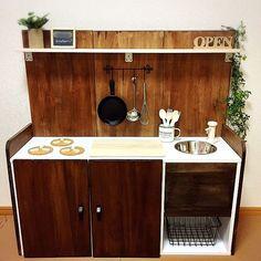 ニトリや無印、ホームセンターなどでも手軽に安価で手にはいるカラーボックス。そのまま使用するのはもちろん、引き出しや扉を取り付けたり、装飾を加えてキッチンカウンターや机にするなどその活用法は様々!お手本にしたい収納アイデアから、こんなものまで!?と驚くほど完成度の高い家具までご紹介します。整理整頓したかった場所や、キッズルームなどの参考にしてみてくださいね。