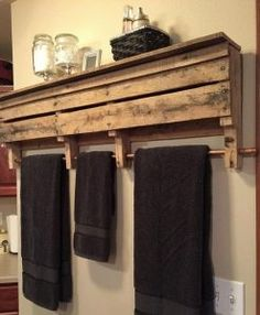 Wood shelf with towel bar pallet racks rustic furniture copper rod rack bathroom wall home decor . Pallet Crafts, Pallet Projects, Home Projects, Pallet Ideas, Pallet Furniture, Furniture Projects, Home Furniture, Rustic Furniture, Pallet Designs