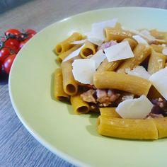 Rigatoni di teff con salsiccia, pomodorini e scaglie di grana