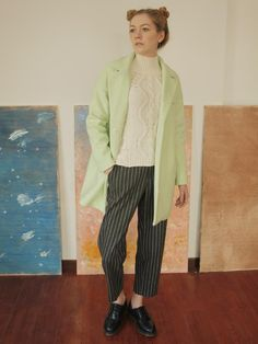 Retro and stylish mix with fresh apple green winter coat to create a sense of chic, no longer boring. Bars retro pants and white sweater and bring some literary atmosphere.