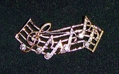1056~Vintage Gold Tone Clear Rhinestone Figural Music Notes Brooch Pin**