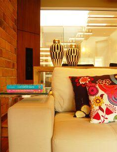 Moderna, mas com clima retrô. Veja mais: http://casadevalentina.com.br/projetos/detalhes/moderna,-mas-em-clima-retro-580 #decor #decoracao #interior #design #casa #home #house #idea #ideia #detalhes #details #style #estilo #casadevalentina #modern #moderno #retro #livingroom #saladeestar
