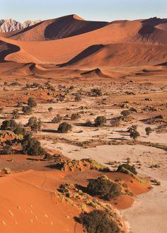 Deserto do Sahara: O maior e o mais quente deserto do mundo, localizado no Norte da África. Presente em dez países (Argélia, Chade, Egito, Líbia, Mali, Marrocos, Mauritânia, Níger, Tunísia e Sudão), além de se estender por outros três (Etiópia, Djibuti e Somália)