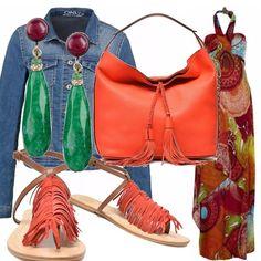 Stile etnico e tanto colore per il vestito lungo annodato al collo, da indossare con il giubbotto di jeans e gli accessori ( sandali con le frange e borsa ) rossi. Gli orecchini a pendente sono verdi smeraldo