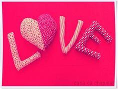 Almofada com letras LOVE, feita com tecido 100% algodão, personalizadas. Feita sob encomenda. * IMPORTANTE! O produto pode ser feito em outras estampas, consulte a disponibilidade antes de finalizar a compra. R$ 40,00