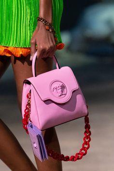 Versace Prêt-À-Porter Printemps-Été 2021 - Détails   Vogue Paris Fashion Bags, Fashion Show, Fashion Accessories, Fashion Trends, Womens Fashion, Fendi, Winter Mode, Grab Bags, Vogue Paris