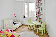 Pieneen tilaan tehty taaperon makuu- ja leikkihuone.