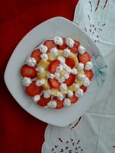 Torta crema al latte, panna, fragola ed ananas