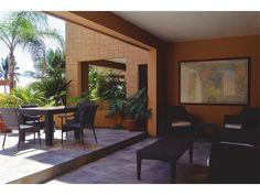 CONDOMINIO DE FRENTE DE PLAYA EN UBICACIÓN PRIVILEGIADA Bellamente decorado y equipado, este condominio junto a la piscina y a unos pasos del mar, cuenta con una terraza privada muy grande con salida al exterior para disfrutar del entorno, el mar, la brisa y el ambiente del Caribe. El dormitorio principal, con acceso directo a la terraza, tiene un precioso cuarto de baño con ducha tipo lluvia. El dormitorio de invitados cuenta también con su propio baño. La cocina está totalmente equipada…