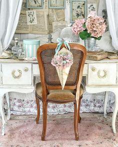 """ДЕКОР • ОБУЧЕНИЕ • ФОТОСТУДИЯ az Instagramon: """"Как вы там? Держитесь? Давайте не унывать и бодриться! Я вот новенькое видео смонтировала, декор за 5 минут👌🏻 Главное подготовиться: нужен…"""" Decor Interior Design, Interior Decorating, Decorating Ideas, Affordable Home Decor, 5 Minute Crafts, Vintage Decor, Diy Room Decor, Wicker, Dining Chairs"""