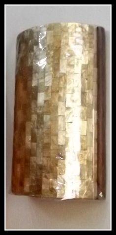 Aplliqùe in madreperla con struttura in  ferro e legno color  oro realizzate completamente a mano, importata direttamente!!! Indonesia, arreda la tua casa con qualcosa di unico!!!!! cm 30x18x10 circa l'appique è priva di allaccio elettrico.In questa Lampada si possono inserire 1 Luce.