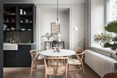 Modern Dark Minimalist Home Kitchen Interior, Interior Design Living Room, Living Room Decor, Kitchen Decor, Bedroom Decor, Interior Livingroom, Natural Bedroom, Gravity Home, Dining Nook