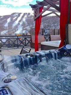 Le bain à remous extérieur du Domaine Château-Bromont offre une vue imprenable sur le mont Bromont. Bromont, Relaxer, Alcoholic Drinks, Wine, Glass, Jetted Tub, Liquor Drinks, Alcoholic Beverages, Drinkware