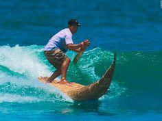 """En las playas del norte del #Perú se practica el #surf en los famosos caballitos de totora, unas barcas que entre 1000 y 3000 años a. C. utilizaban los habitantes de la zona para pescar. ¡Atrévete a intentarlo! // On the beaches of northern #Peru, #surfing is practised with the famous """"Caballitos de Totora"""". This are boats that between 1000 and 3000 years B.C were used by the inhabitants of the area for fishing. Dare yourself to try it!"""