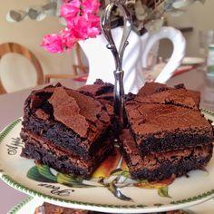 Oi meninas tudo bem? Hoje eu vou ensinar para vocês um dos meus doces preferidos um belo Brownie, porém esta receita é um pouco diferente, não leva nada de farinha, o que para os celíacos é maravilhoso, mas além disso a consistência do brownie fica outra. Eu aprendi esta receita no Grande Hotel de Campos … Continuar lendo #BTGourmet – Brownie!