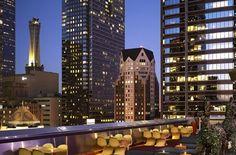 Jetzt machen wir uns auf, rüber über den großen Teich. International bekannt ist die Bar auf dem Dach des Standard-Hotels im Zentrum von Los Angeles. Filmreif sind hier nicht nur die futuristisches Lounges samt Wasserbetten und der Dachpool, ... Foto: Standard Los Angeles