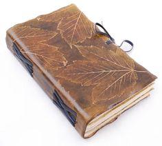 Diario de cuero marrón con hojas caídas por GILDBookbinders en Etsy