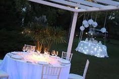 il trucco di mettere le luci sotto la tovaglia può essere divertente se tavoli fuori alla sera....