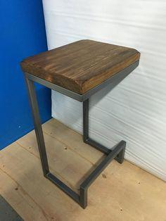 Se trata de un taburete de barra/mostrador muy bien elaborado y de alta calidad hermosa que tiene un asiento de 14 x 12 y es 26 de altura. Color de
