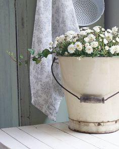 Printing Videos Architecture Home Silk Flower Arrangements, Flower Vases, Jeanne Darc Living, Language Of Flowers, White Cottage, Shades Of White, Cottage Living, Vintage Country, Flower Crafts