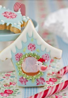 What a charming Christmas cookie!  Tartas Cakes Haute Couture