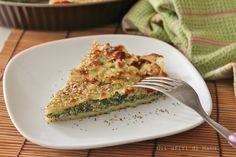 Sfoglia di patate ripiena di ricotta e spinaci, tortino croccante in superficie e morbido all'interno, arricchito da sesamo e semi di papavero.
