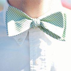 Green seersucker bowties for the 'men. #LillyPulitzer #SouthernWeddings