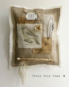 Tableau textile N°1, oiseau, plume fil de fer, lin, étiquette, bois, bird (1)