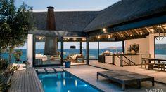 Terrasse à la piscine ouverte sur l'étage de cette ville luxueuse