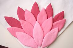 : V and Co: how to: hand appliqued petal bag - - V and Co.: V and Co: how to: hand appliqued petal bag sewing V und Co.: V und Co: Gewusst wie: handapplizierte Blütenblattsack Hand Applique, Machine Embroidery Applique, Diy Embroidery, Embroidery Designs, Tape Crafts, Fabric Crafts, Sewing Crafts, Sewing Projects, Diy Tote Bag