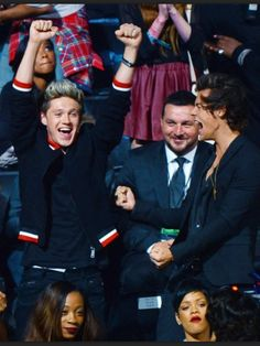 The boys winning their VMA award!☺<<< Look at Paul :) His face says it all :)