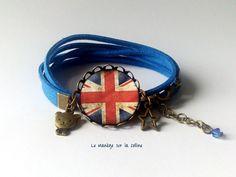 """Bracelet bronze 2 tours suédine bleue et cabochon """"Drapeau Britannique Grunge"""" et breloques : Bracelet par manegefantome"""