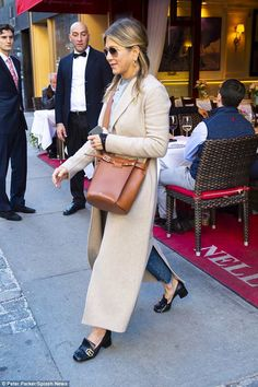 Jennifer Aniston wraps up in beige coat and jeans Jenifer Aniston, Jennifer Aniston Style, Cold Weather Outfits, Winter Outfits, Work Fashion, Cute Fashion, Estilo Coco Chanel, Beige Coat, Work Looks